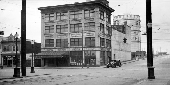 Avenue Theatre, 11 June 1935. The Lincoln Club at 102 East Georgia was in one of the few buildings behind the theatre and below the viaduct. City of Vancouver Archives #447-395